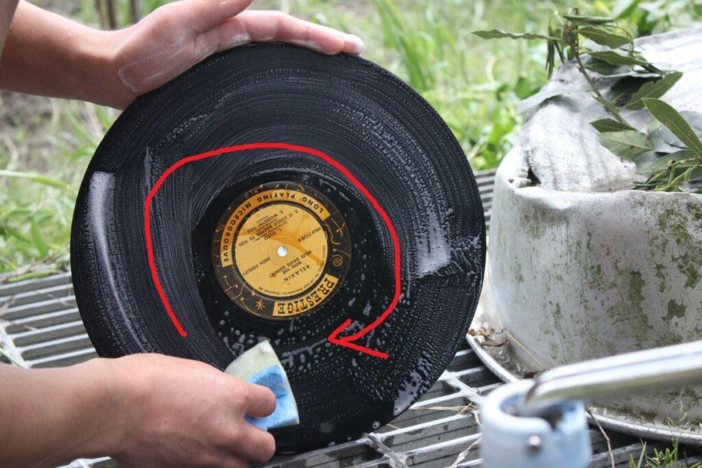 レコードをスポンジで洗う