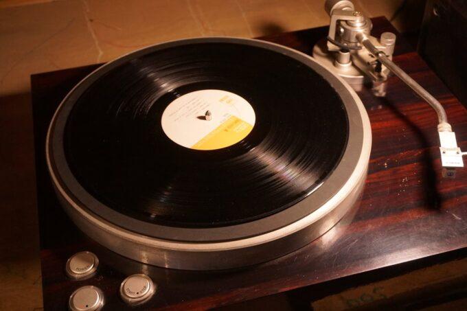 レコードをターンテーブルに置く