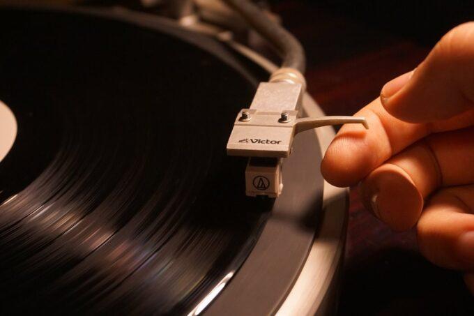 レコードに針を落とす